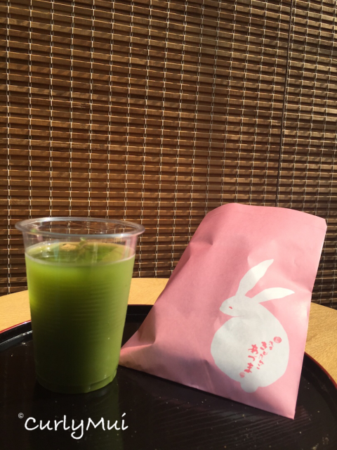 可愛的兔子包裝內,是軟綿綿的花生糯米丸子,很好吃!