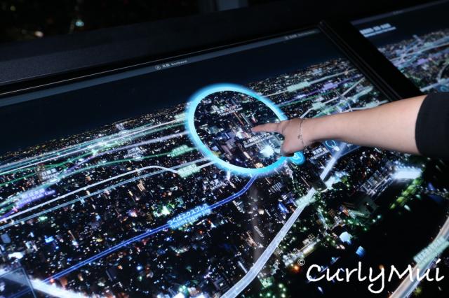 瞭望台內有先進的設備,只要用手在螢光幕上點一點,就會知道眼前的景物是什麼。