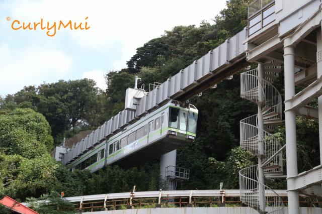 湘南單軌列車大約每隔15分鐘一班,想拍照就要等候一下啦。