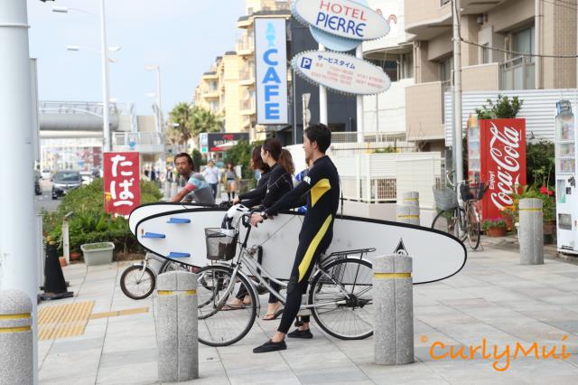 沿路上的俊男美女都拿著滑浪板,要到哪裡去?