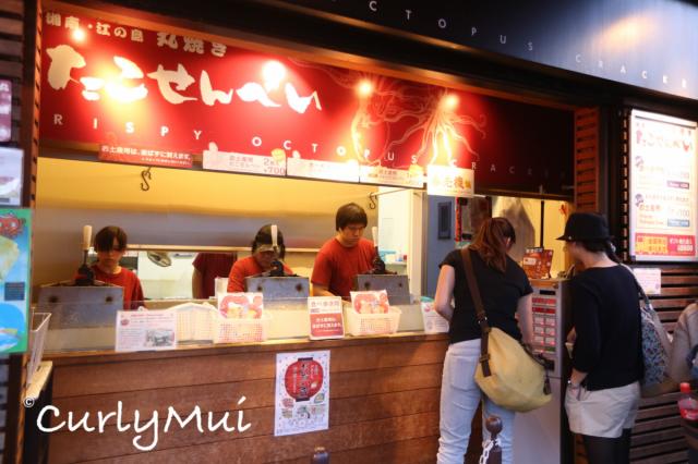 沿路走回江之電長谷站時,別錯過這間八爪魚脆餅店。