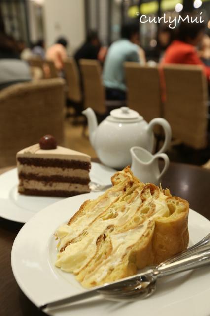 """""""洋梨吉士泡芙蛋糕""""(前) 和 """"粟子朱古力蛋糕""""(後),各有特色。"""