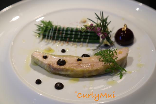 Le Supreme de Volaille:鴨肝配青豆沙律,右上角是分子料理,切開後是香濃的肉汁,別出心裁。