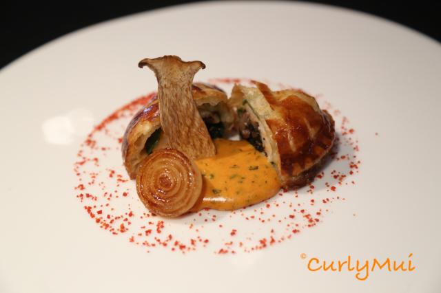 La Turbot:多寶魚派配龍蝦汁,外層是酥皮派,裡面是多寶魚和磨菇等,鮮味十足。