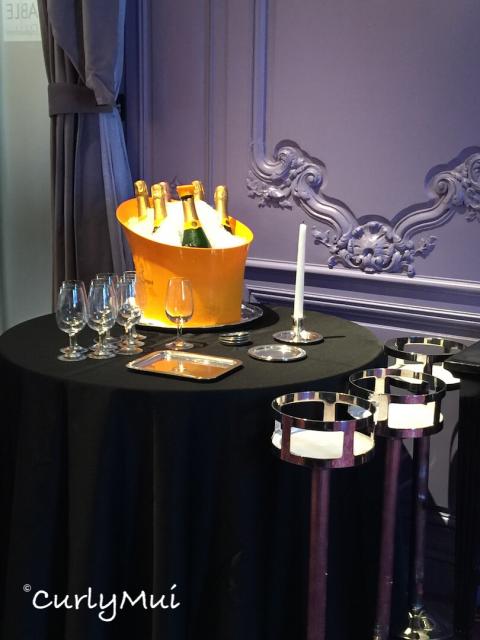侍應會在餐桌旁邊開酒、試味,優質的才侍客。