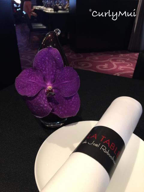 優雅的蘭花,與餐廳的環境與色調都很配襯。