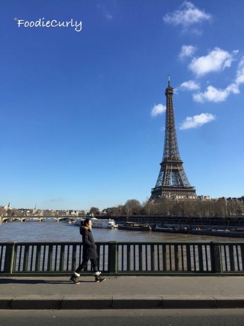 走過對面馬路,就可以和鐵塔來個「不經意」的合照了。