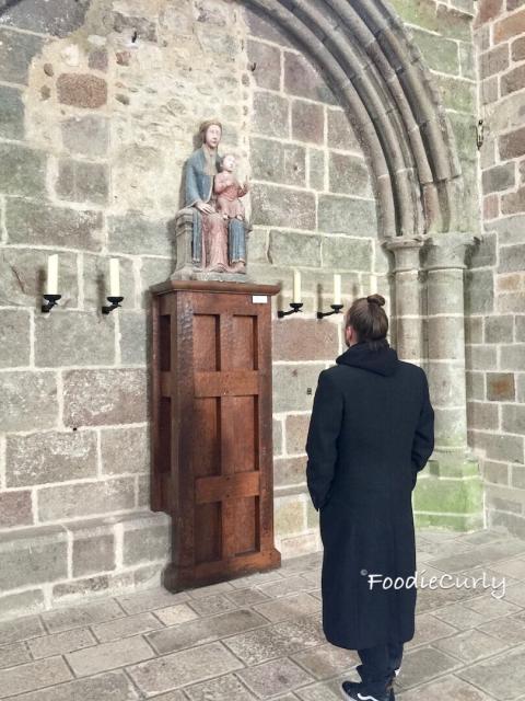 這位教徒駐足觀看聖像,我則駐足觀看這位教徒 (是美男子呀)。