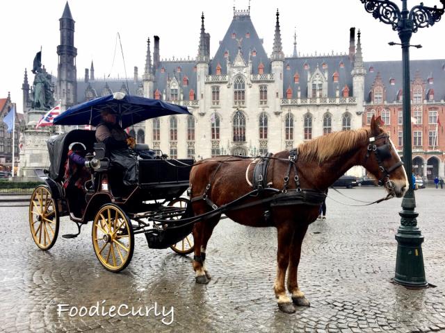 廣場內有馬車,帶你在市內漫步遊走。