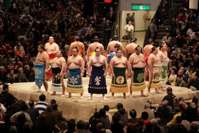能站在比賽場上較勁,是相撲力士畢生的榮耀。(Shutterstock)