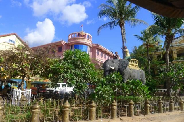 這大象地標位於sivatha road,附近是Pub street,是比較安全的遊客區。