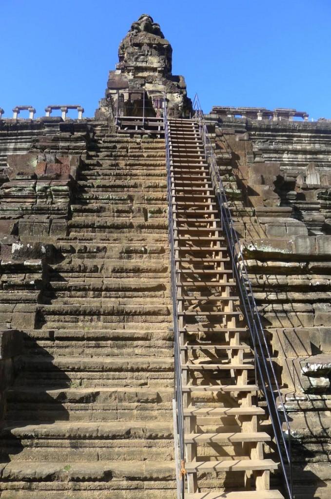 吳哥建築群有很多梯級要爬……看看這木梯,腳軟了嗎?