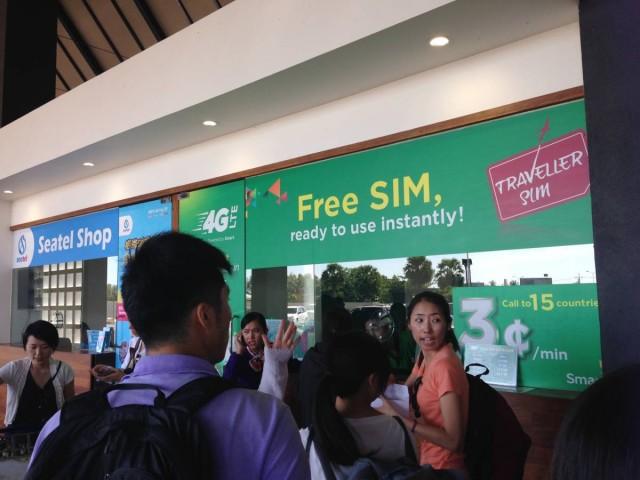 很多人排隊在機場買上網電話卡呢