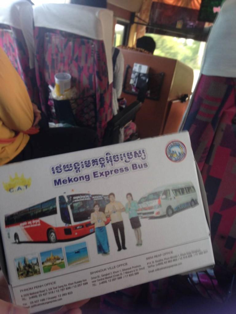 Mekong Express 車內環境及附送的包點。是紙盒包裝,還印有車隊照片。