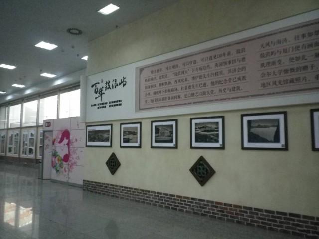 登船大堂內有商店,也有講解鼓浪嶼歷史的展板。