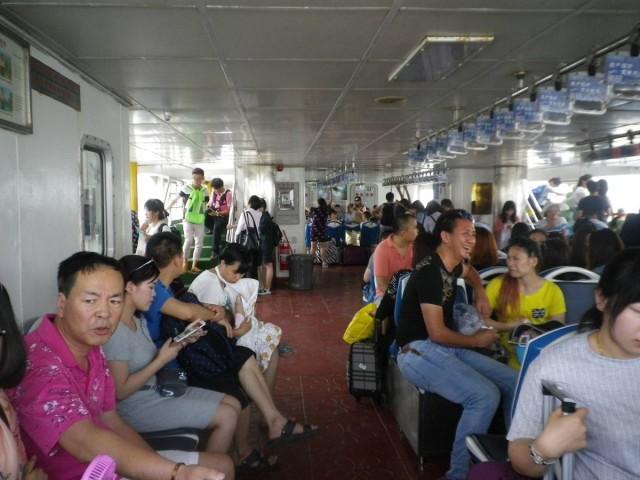 船艙內空間很大,而座位是先到先得的。如滿座,倚在窗邊站著看風景也不錯。