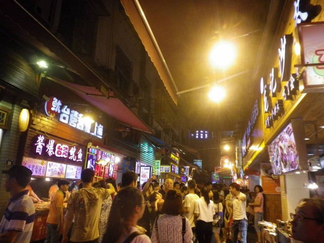 中山路步行街夜市,滿街都是台式小食。