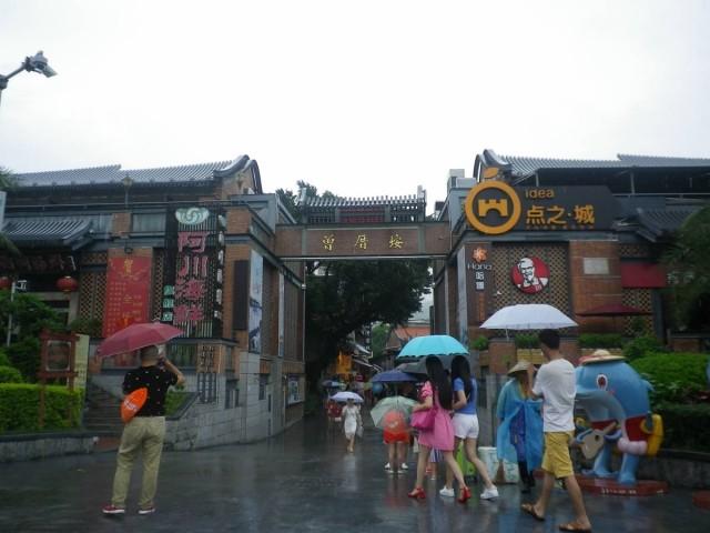 曾厝垵正門(可惜筆者到訪當天下雨,否則可以拍到更好的照片)