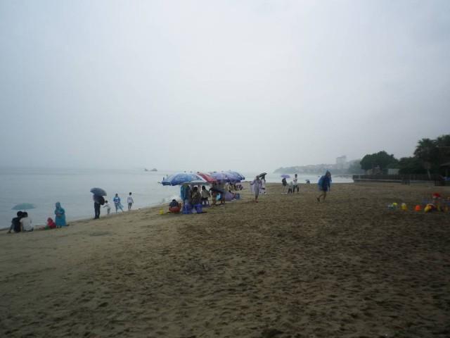 環海南路的一方是沙灘。即使雨天也有很多遊人。