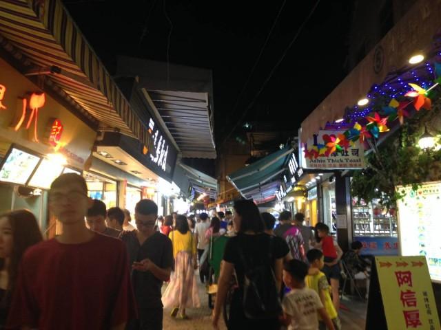 曾厝垵文創村由熱鬧的步行街組成,感覺就似是一個夜市