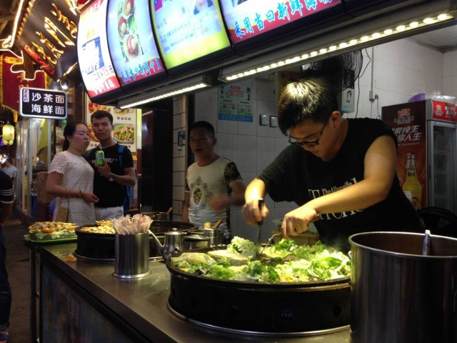 由於鄰近台灣,曾厝垵內有很多台式小吃。這是由台灣人開的蚵仔煎店。