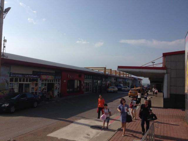 水頭碼頭外,有特產店及餐廳