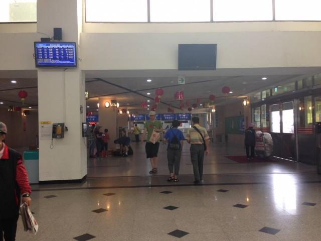 水頭碼頭大堂,遠處藍色的是售票櫃位