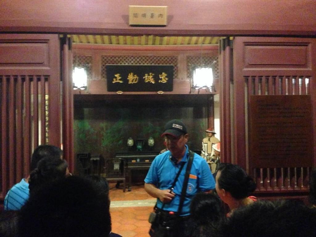 總兵署內有多個展館,模擬從前的佈置。藍衣者是導遊,很風趣幽默,讚!