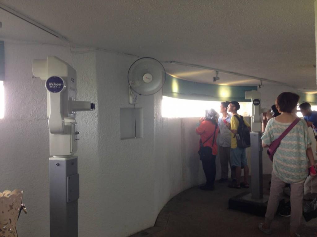 遊客可透過望遠鏡想像一下從前士兵觀測的情況…(我想說的是,那望遠鏡真的很勁,遠處海上某小船上的漁夫樣子也能看得一清二楚…)