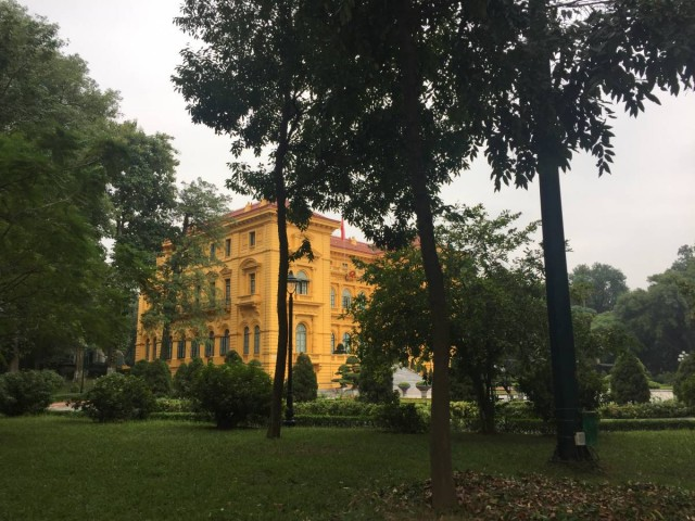 總督府及附近的建築都是黃色的,滿佈殖民色彩。