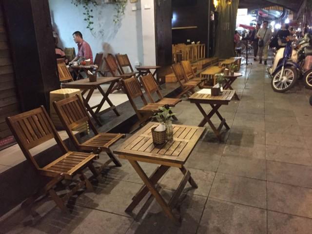當地人很喜歡坐在這些矮櫈上飲咖啡聊天。不介意吃生雞蛋的,我推介大家試試蛋咖啡,好味!