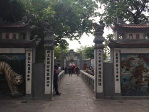 玉山寺的入口。在越南的寺廟或古舊的建築,大家都不難看見中文字。