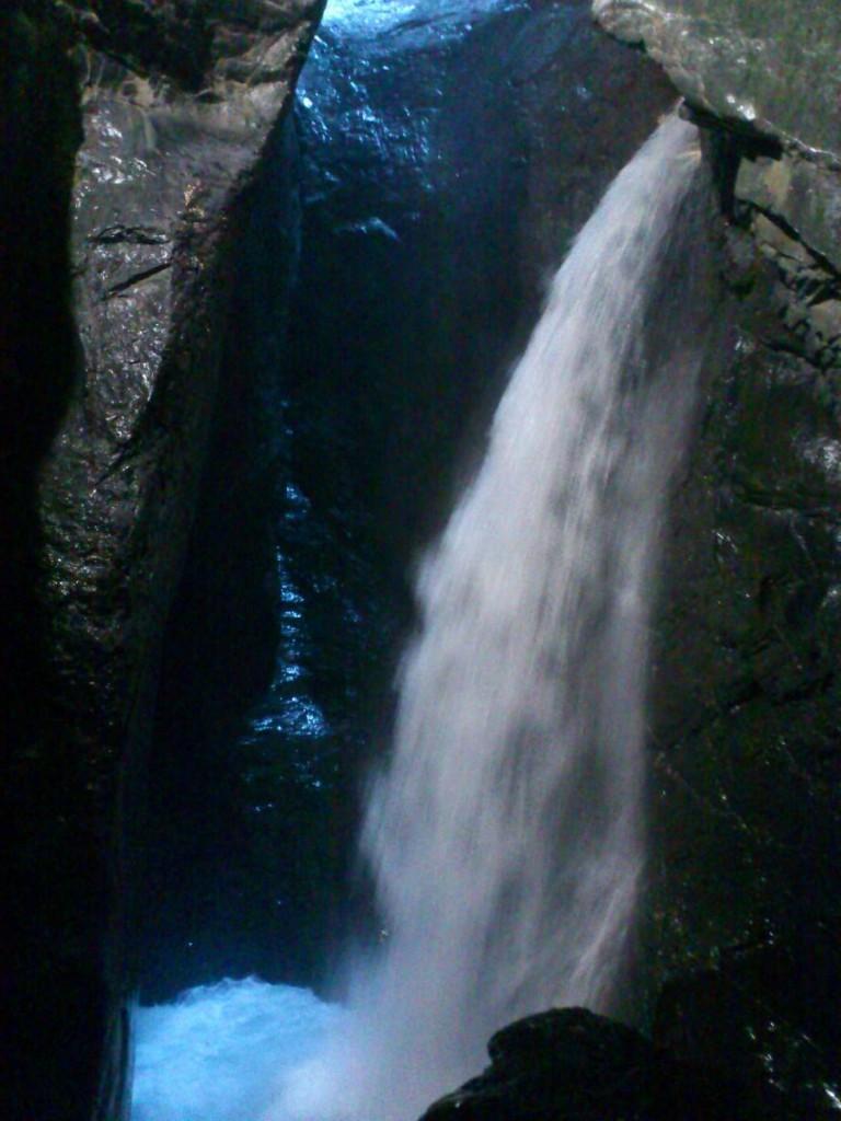 澎湃的瀑布