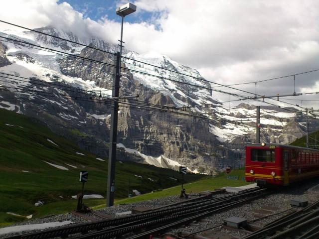 在Kleine Scheidegg轉車上少女峰,山頂很多雲呀...