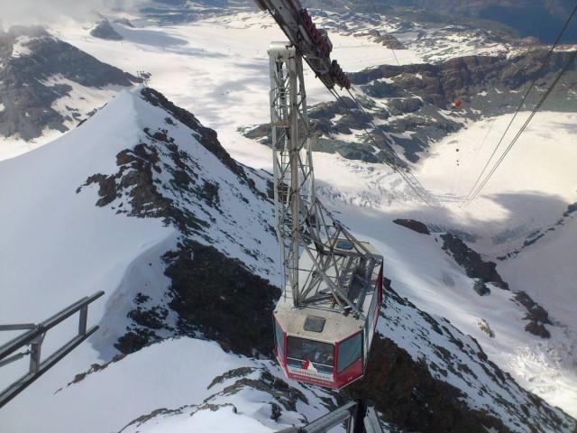 纜車在冰天雪地上緩緩滑動