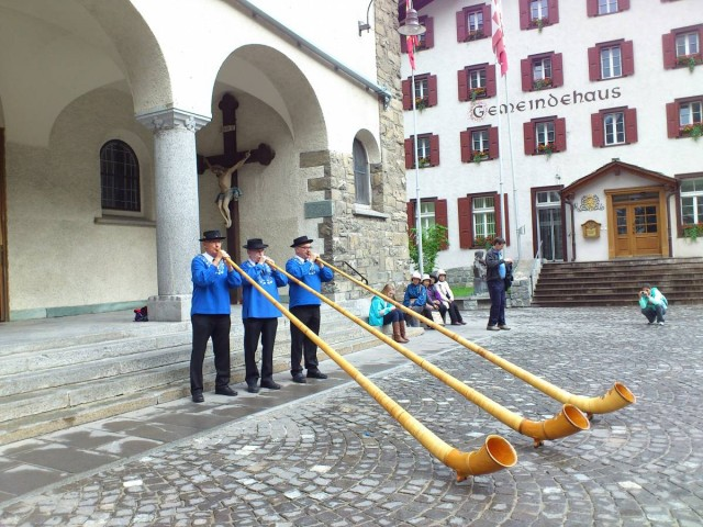 返回Zermatt時,在教堂外看到傳統樂器表演