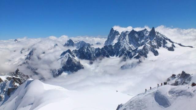 在Aiguille Du Midi看到了雲海,右下方的行山者很厲害!