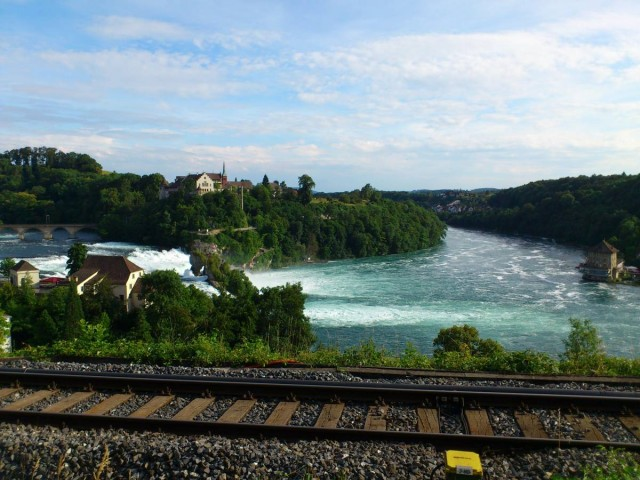 經過火車軌下去看Rheinfall萊茵瀑布