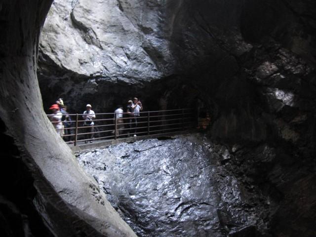 進入Trummelbachfalle特呂默爾河瀑布