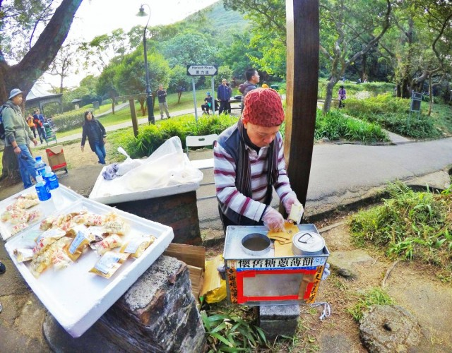香港 行山 盧吉道 山頂 觀景台 西高山 風景 天梯 太平山 維多利亞港 芒草 懷舊 小食糖葱餅