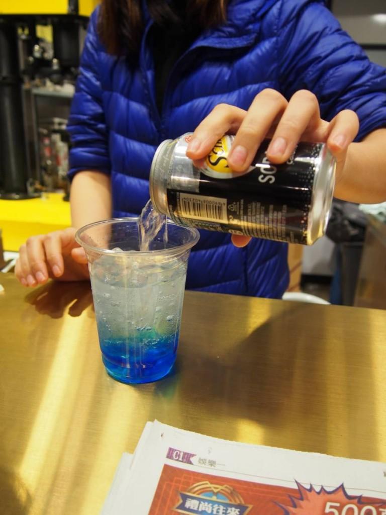 老闆娘即場調校特飲,藍色嘅騷豪7號($28)望落就好跳入去游吓水先!